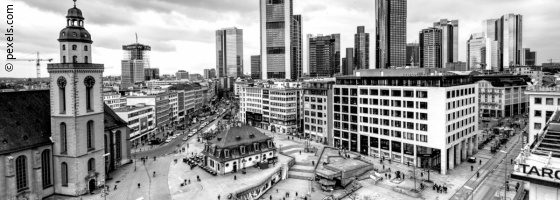 Aerial view of the Hauptwache in Frankfurt am Main in black and white; copyright: pexels.com