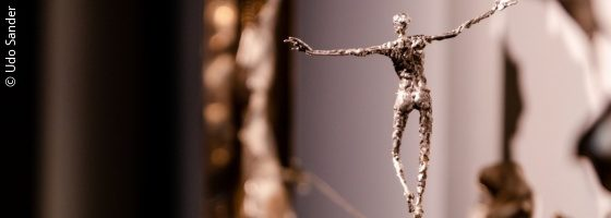 A silver figure dances on a wire rope; copyright: Udo Sander