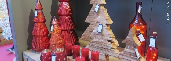 Christmas decorations made from glass and wood in the shape of fir trees; copyright: iXtenso / Pott
