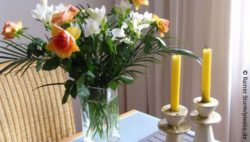 Photo: Flowers and candles on a table @Rainer Sturm/pixelio.de
