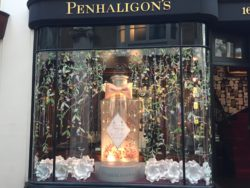 Image: Shop window with flowers and a big perfume bottle; Copyright: iXtenso/NM