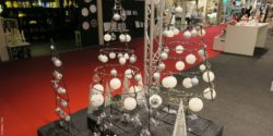 Photo: Christmas decorations made of steel in the form of Christmas trees with Christmas tree balls; copyright: iXtenso / Pott