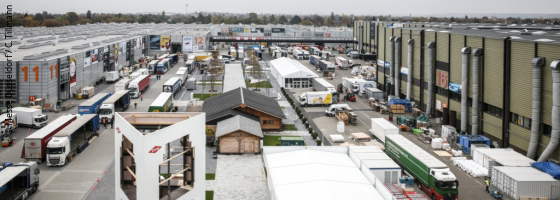 Trucks stand on the exhibition grounds and are unloaded; copyright: Messe Düsseldorf/c.tillmann