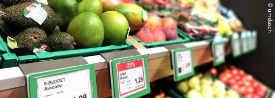 Shelf in a supermarket with fruit on it and digital shelf labels; copyright: umdasch