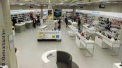 Photo: overview of the lower floor at Saturn Connect Store in Cologne; copyright: iXtenso/Günther