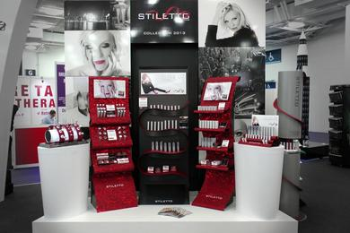 Integrated POS concept: brand, packaging and display work in harmony. The beautiful ribbon design of the Stiletto displays reflects the brand with its elegance and finesse, while the high quality finish of the cosmetics packaging complements the product r