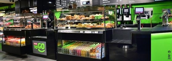 Photo: refrigerated cabinet at a Rewe to go store; copyright: AKE