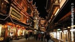 Photo: Busy shopping street in Shanghai at night; copyright: pixelio.de / Michael Lemke