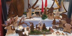 Photo: Christmas decoration elements with wood and artificially rusted metal; copyright: iXtenso / Pott