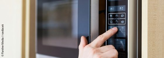 Hand on a microwave; copyright: PantherMedia / rsedlacek